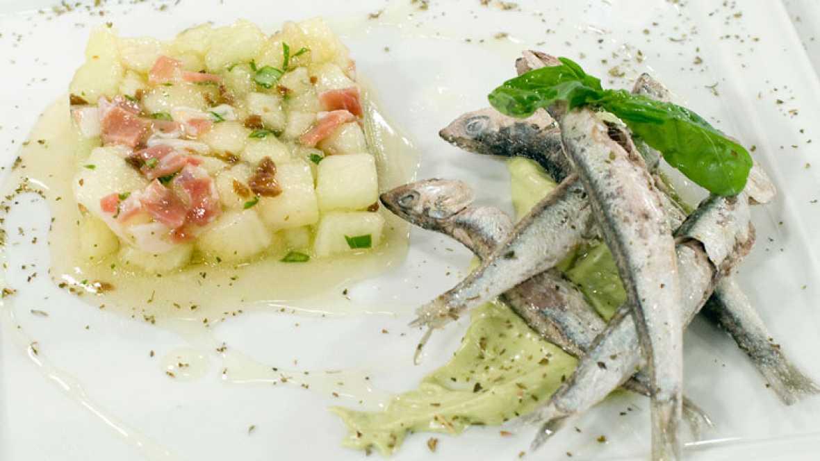 Boquerones a la sal con ensalada de melón y albahaca