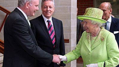 Isabel II se encuentra con el exjefe del IRA Martin McGuinness
