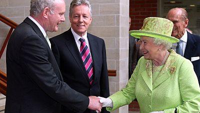 Isabel de Inglaterra estrecha la mano del exjefe del IRA Martin McGuinness