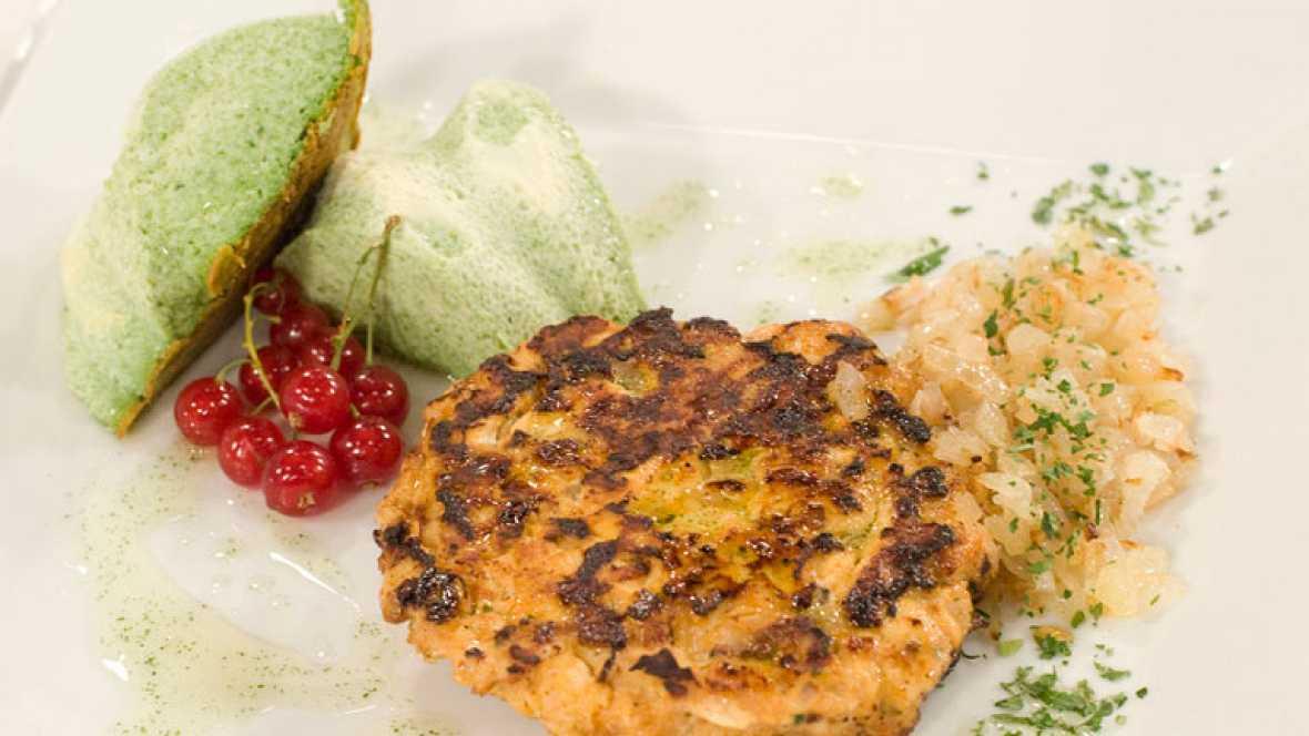 Hamburguesa de pollo a las finas hierbas con pastel de queso y espinacas