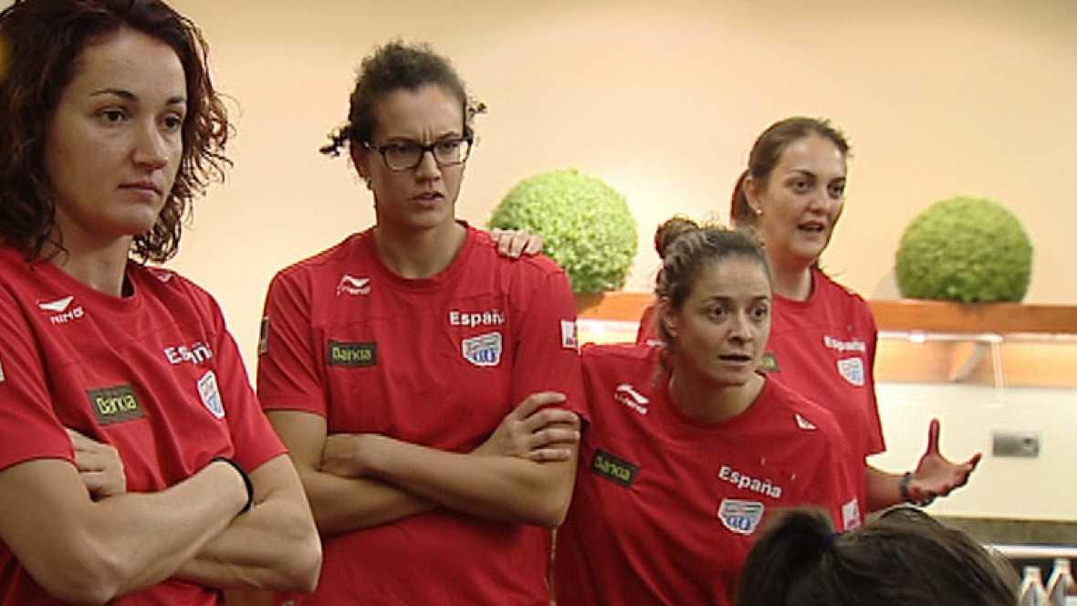 Concentradas para el pre-europeo, las chicas de la selección de baloncesto femenino disfrutaron del pase de España a la final de la Eurocopa 2012. Las dos Rojas, unidas en la distancia por el éxito del deporte español.