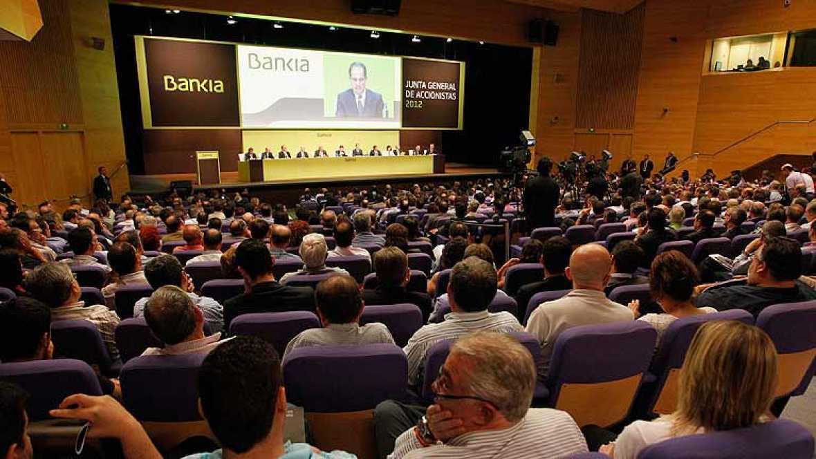Abucheos al presidente de Bankia en la Junta de Accionistas de la entidad