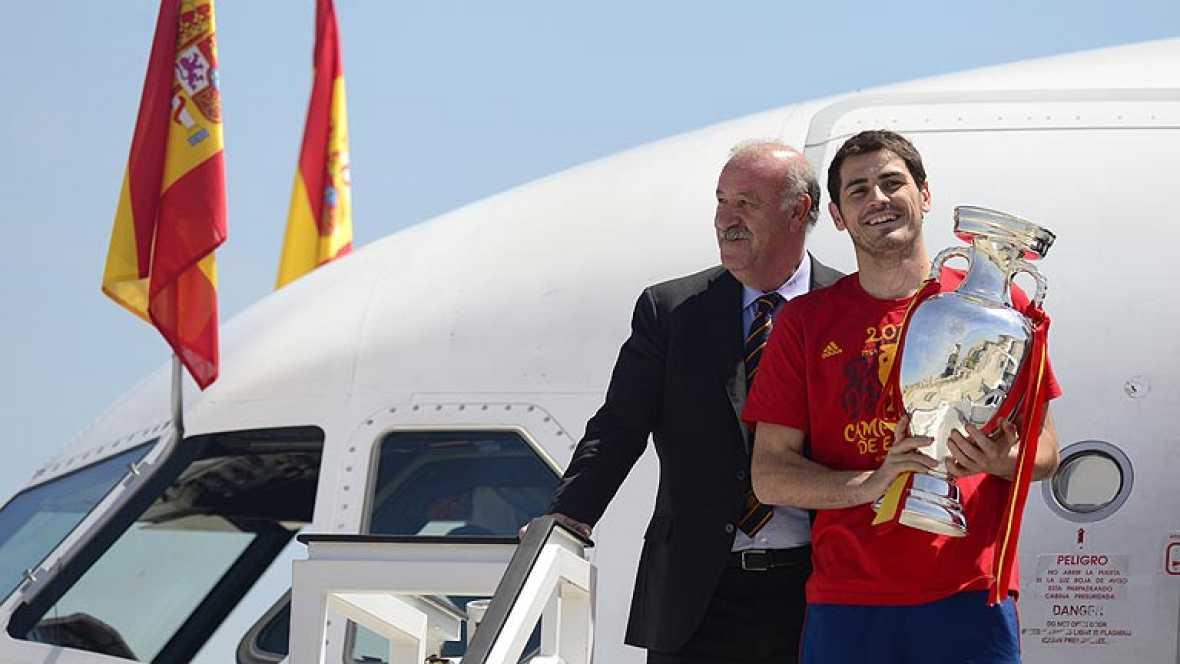 En declaraciones exclusivas a TVE, nada más aterrizar en el Aeropuerto de Barajas, en la misma pista, los jugadores de la selección española Íker Casillas, Xabi Alonso, Cesc Fábregas y Pepe Reina han tenido sus primeras palabras para los aficionados