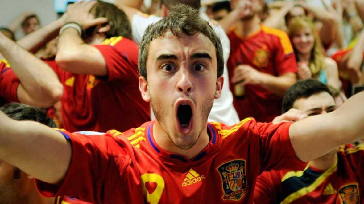 Sabemos que 11000 aficionados estuvieron animando a la selección allí en Kiev pero lo que es incalculable es la cifra de españoles que ayer empujaron al equipo desde todos los rincones del país. Esta selección hizo algo que no tiene precio: hacer fel