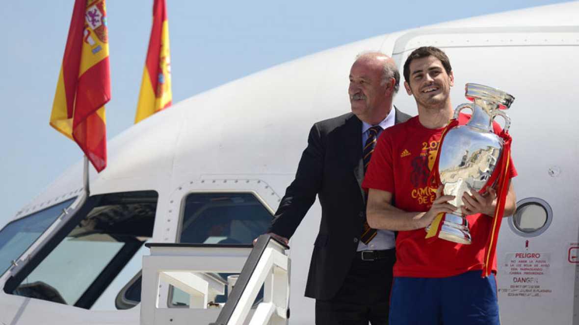 """El avión con los jugadores y cuerpo técnico de la selección  española de fútbol, que este domingo se han proclamado campeones de  Europa, ha aterrizado a las 15:45 horas de este lunes en el  aeropuerto de Madrid-Barajas con unos campeones """"felices"""" y"""