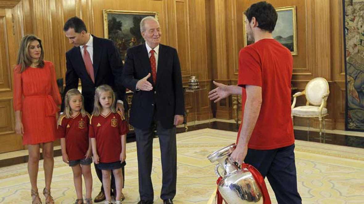 Don Juan Carlos, los príncipes de Asturias y la infanta Elena han recibido a la selección española de fútbol en el palacio de la Zarzuela, que acudió encabezada por el seleccionador, Vicente Del Bosque, el ministro de Educación, Jose Ignacio Wert, el