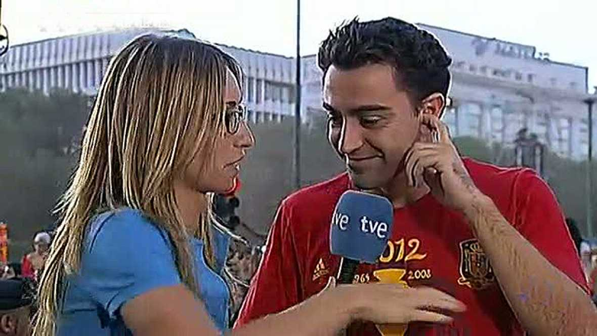 Los jugadores de la selección española acaban en La Plaza Cibeles la rúa de la celebración por las calles de Madrid. La enviada especial de TVE, Silvia Barba, ha podido entrevistar a algunos de los campeones.