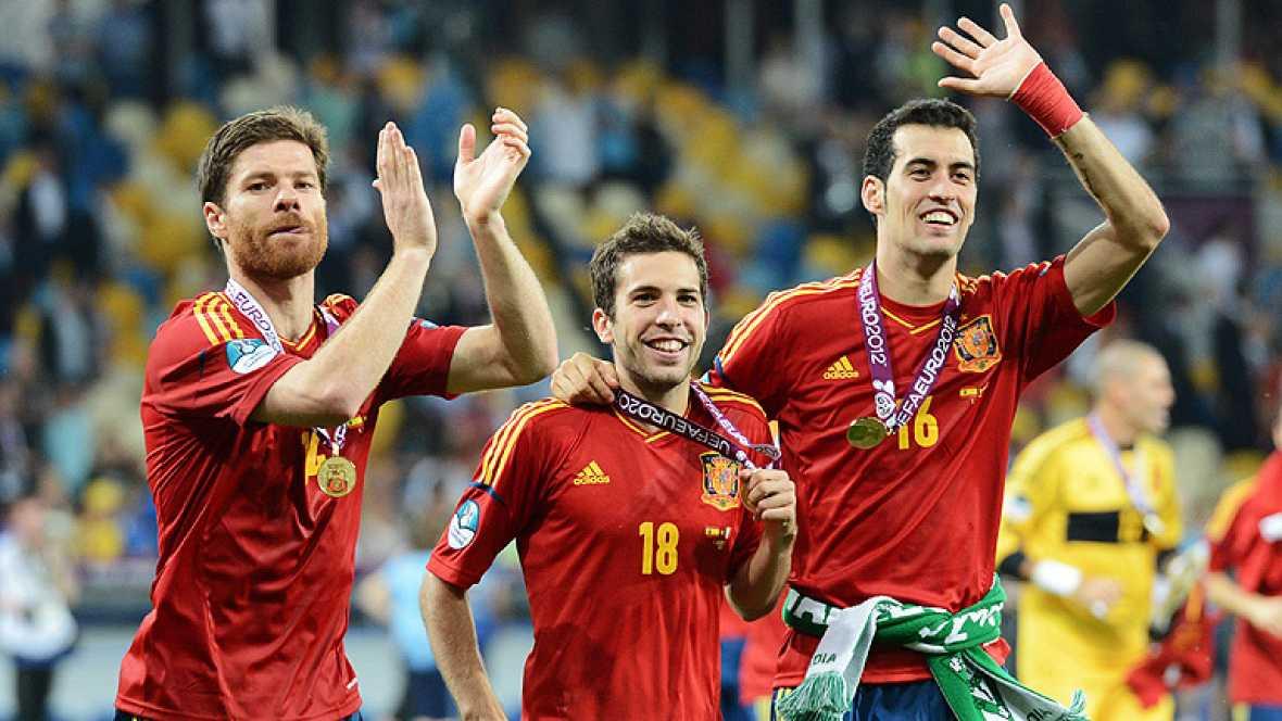 Un total de diez internacionales españoles fueron elegidos dentro  del 'Equipo Ideal' de la Eurocopa de Polonia y Ucrania, que concluyó  ayer domingo con el triunfo de la 'Roja' por 4-0 ante Italia, lo que  le sirvió para defender la corona de hace c