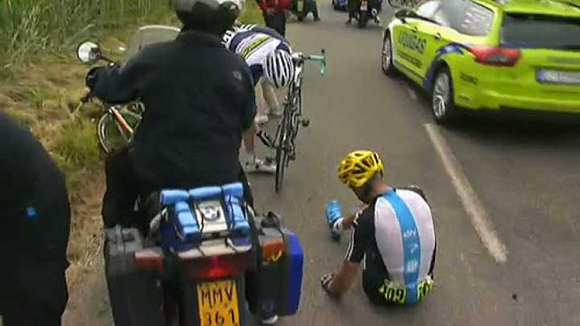 El bielorruso Kostantin Sivtsov, del Sky, se convirtió hoy en el primer ciclista que abandona la 99 edición del Tour de Francia, tras una caída sufrida en el kilómetro 140. El ciclista se fue al suelo en una caída en la que también se vieron implicad