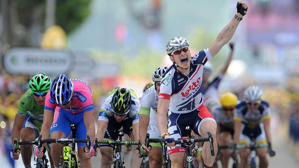 El alemán André Greipel (Lotto) se impuso en la cuarta etapa del Tour de Francia, disputada entre las localidades francesas de Abbeville y Rouen, de 214,5 kilómetros, tras los que el suizo Fabian Cancellara (RadioShack) continua de líder.