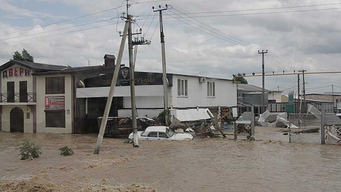 Graves inundaciones en el suroeste de Rusia. Las autoridades han confirmado que hay más de un centenar de muertos, pero la cifra podría aumentar porque hay desaparecidos y cada hora que pasa van recuperando más cuerpos.