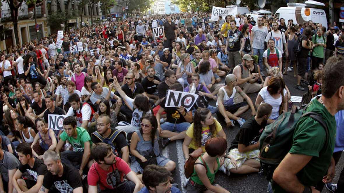 Rechazo multitudinario frente a la sede del PP por las medidas del Gobierno