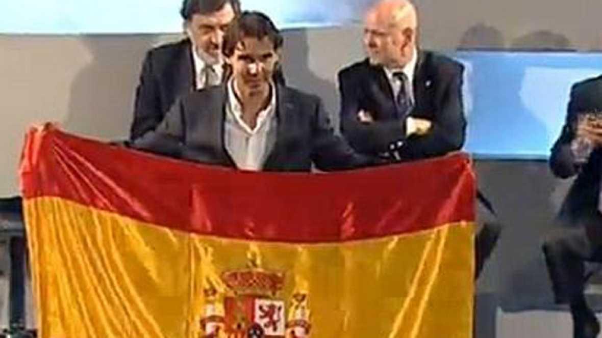 El tenista español, Rafa Nadal, ha recibido en la sede del Comité Olímpico Español, la bandera de España que llevará como abanderado del equipo olímpico español en la ceremonia de inauguración de los Juegos Olímpicos de Londres 2012