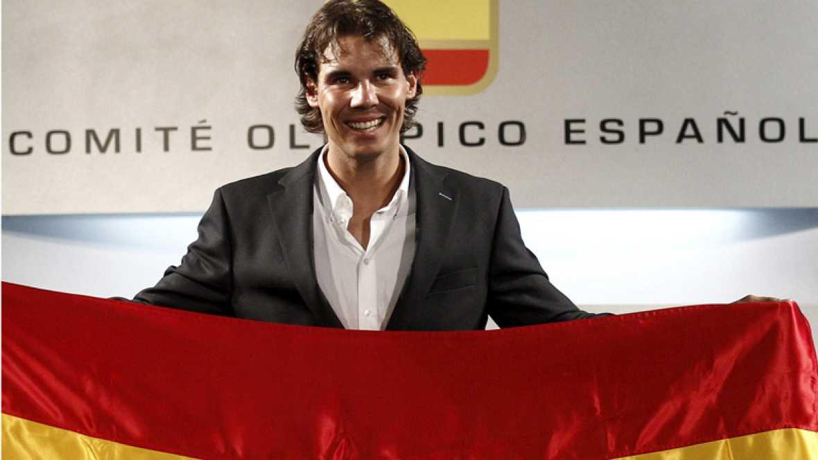 El abanderado español en los Juegos Olímpicos de Londres, el  tenista Rafael Nadal, ha recibido este sábado la bandera que portará  en la ceremonia de inauguración de la cita olímpica el próximo 27 de  julio.