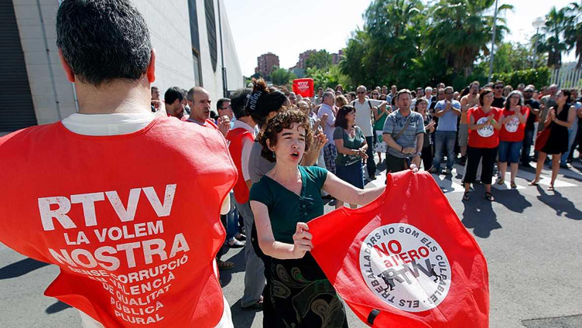 Trabajadores de Canal 9 ocupan el plató de informativos y protestan en directo contra el ERE