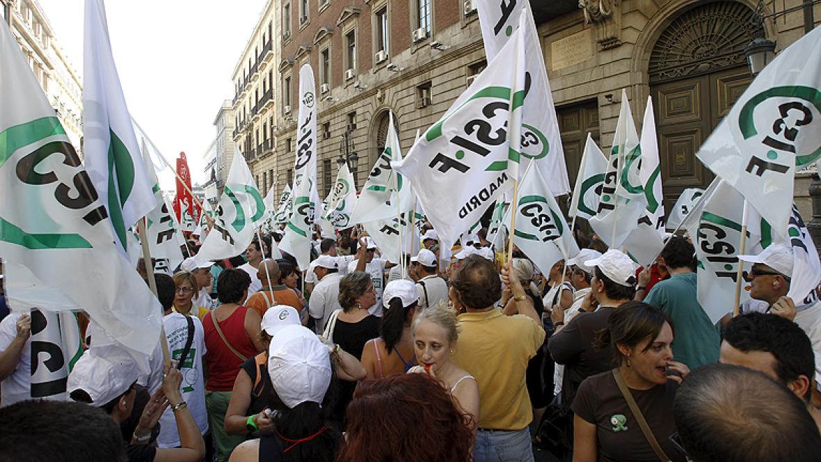Cientos de funcionarios de la administracion publica se manifiestan por los recortes frente al ministerio de hacienda