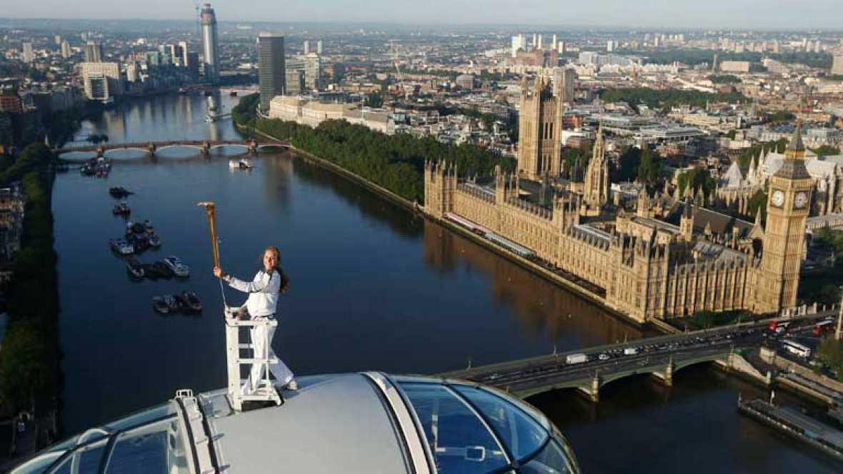 La llama olímpica ha llegado al corazón de Londres, al famoso London Eye, donde la atleta Amelia Hempleman-Adams ha posado en el punto más alto de la rueda de la fortuna.