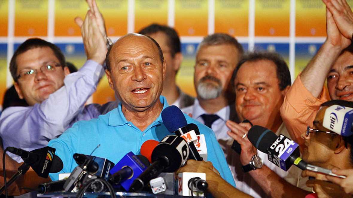 Basescu logra mantenerse en el poder en Rumanía