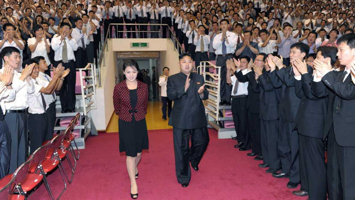 El líder norcorean, Kim Joung-un y su esposa Ri Sol-ju en la entrada de un concierto de la banda Monrabong en Pyongyang, Corea del Sur, este lunes de agosto.