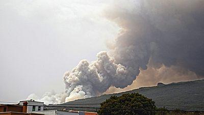 Hay  incendios activos también en las Islas Canarias. Dos de ellos en la Gomera y otro en La Palma. En esta isla hay tres frentes aunque el que más preocupa es el que avanza hacia la cumbre, en el municipio de Mazo. El Gobierno canario ha pedido ayud