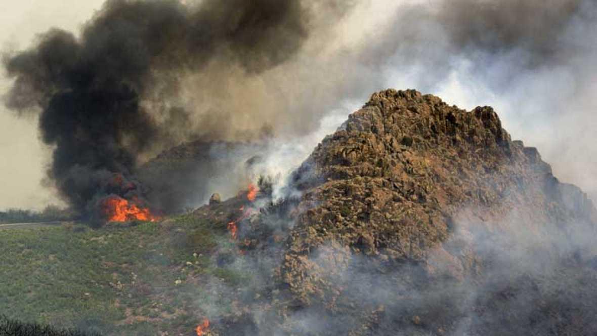 Se complican los focos de la Gomera, las llamas han entrado en Garajonay