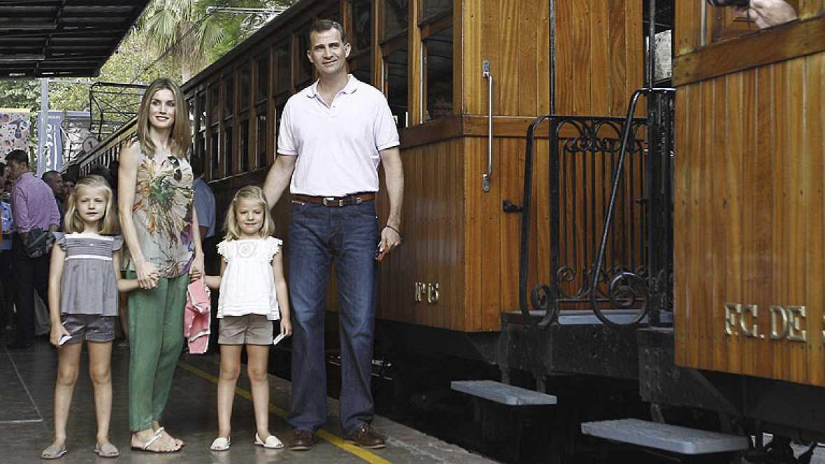 Los príncipes de Asturias van de excursión con sus hijas en el tren turístico Sóller