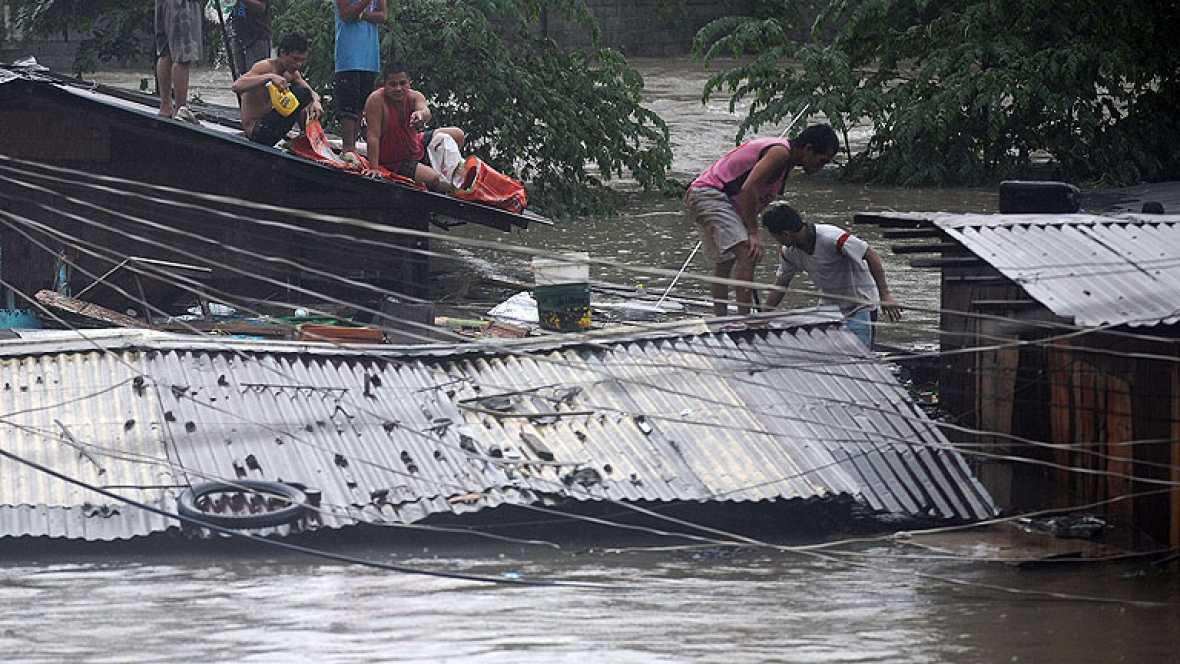 Continuan las lluvias en Manila, en Filipinas, donde 20.000 filipinos han tenido que abandonar sus casas. las fuertes corrientes dificultan el rescate de las personas atrapadas