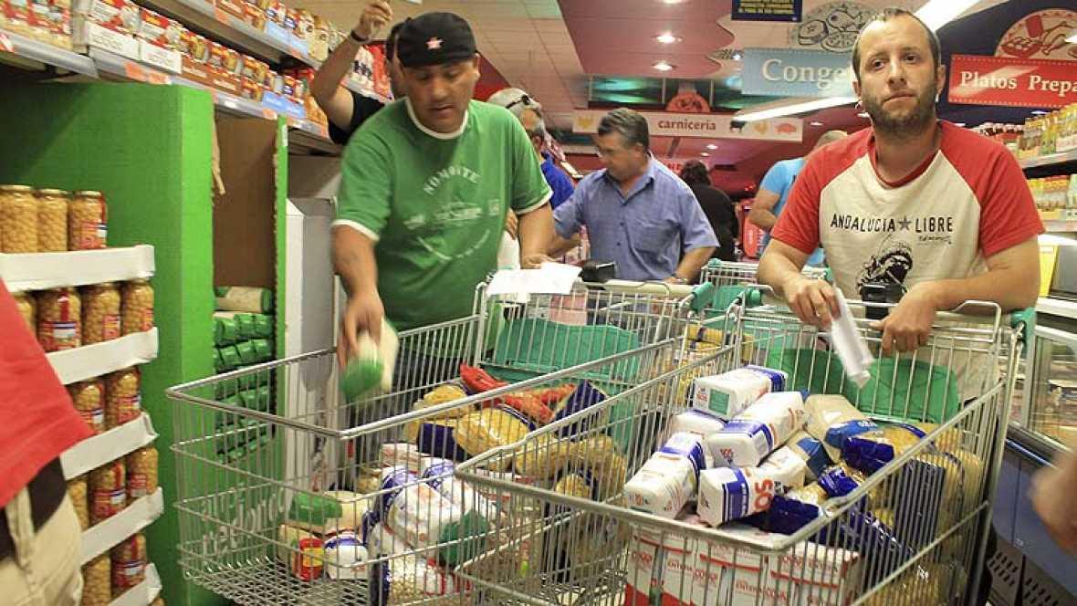 Se llevan alimentos de dos supermercados sin pagar para un comedor social