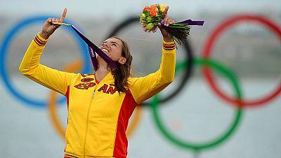 La windsurfista Marina Alabau ha conseguido colgarse la medalla de oro al imponerse en la categoría RS:X de vela con absoluta superioridad. Será la última medalla de oro de este deporte, que será relegado por el kite-surf en Río 2016.