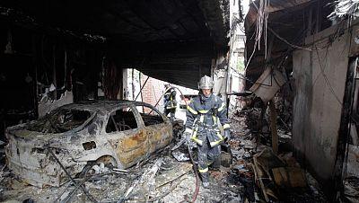 """Los jóvenes incendiarion edificios públicos, coches y mobiliario urbano. Hollande advierte que el estado usará """"todos sus recursos"""" contra la violencia."""