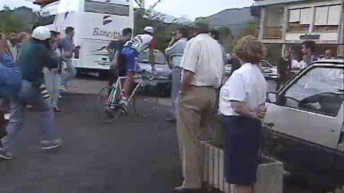 Miguel Indurain, cinco veces ganador del Tour de Francia, se baja de la bicicleta y abandona la edición de la Vuelta 1996. El ciclista navarro explicó los motivos de su retirada al TD2.