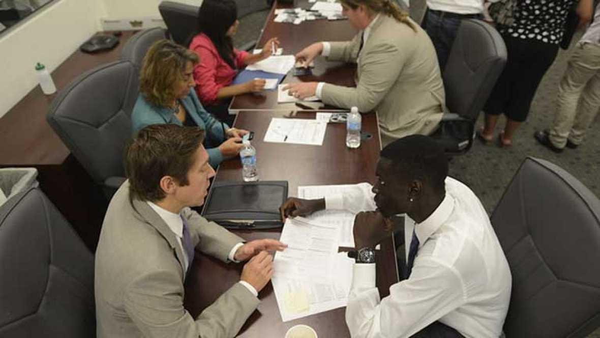 Largas colas de jóvenes inmigrantes sin papeles en Estados Unidos
