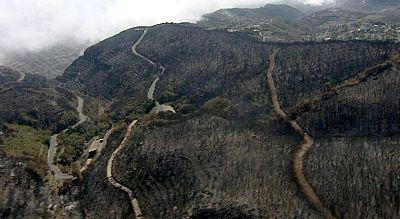 El acceso a muchas áreas del incendio de la Gomera se realiza desde el aire