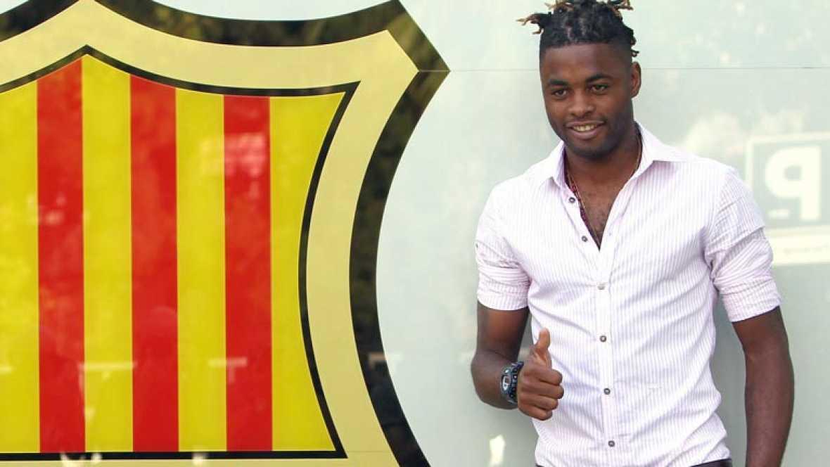 El camerunés, último fichaje del Barça para la temporada 2012-2013, ha llegado este lunes para pasar el reconocimiento médico y firmar su contrato.