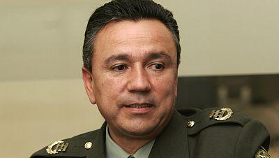 Los grandes medios de comunicación de Colombia llevan en sus portadas y titulares un nombre, el de Mauricio Santoyo, general de la policía. El que fue principal asesor del expresidente Uribe, ha confesado ahora que ayudaba a un grupo paramilitar.