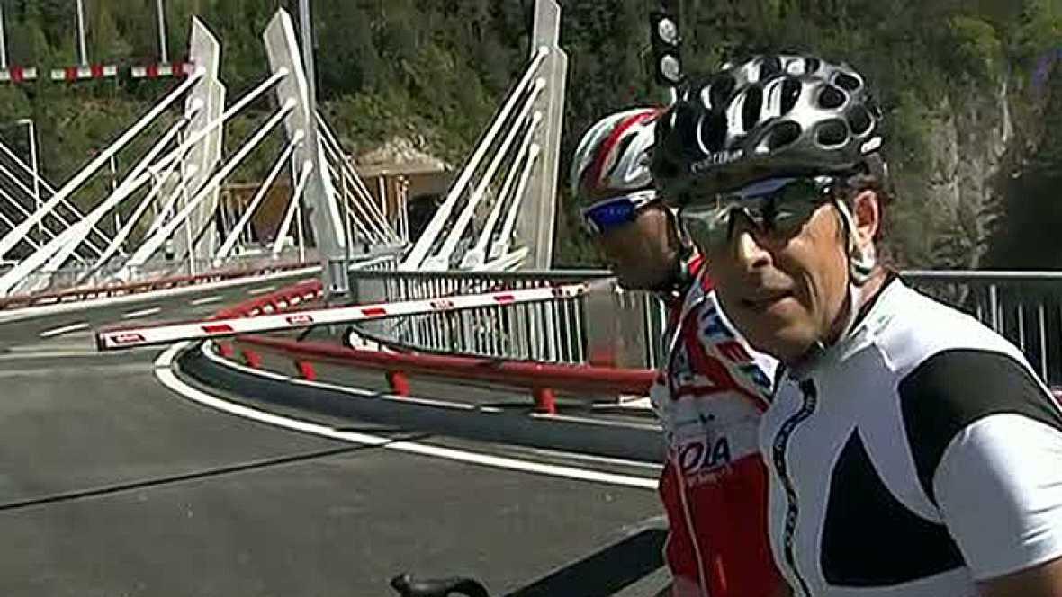 El comentarista de TVE sube junto al ciclista Xavier Florencio (Katusha) el temido puerto andorrano de La Gallina. Será la primera vez que se suba en la Vuelta ciclista a España.
