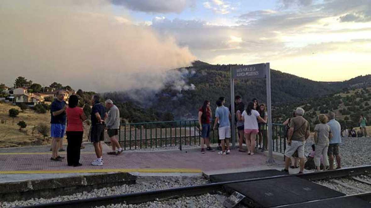 Los dos incendios que cercan Madrid obligan a desalojar a 2000 personas