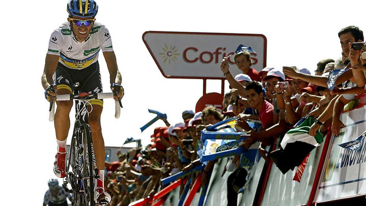 """El pinteño Alberto Contador aguarda con ansia la llegada de la alta montaña, donde espera """"ir mejor"""", después de pasar en segundo lugar por el mirador de Ézaro, por detrás del líder de la Vuelta, Joaquim 'Purito' Rodríguez."""