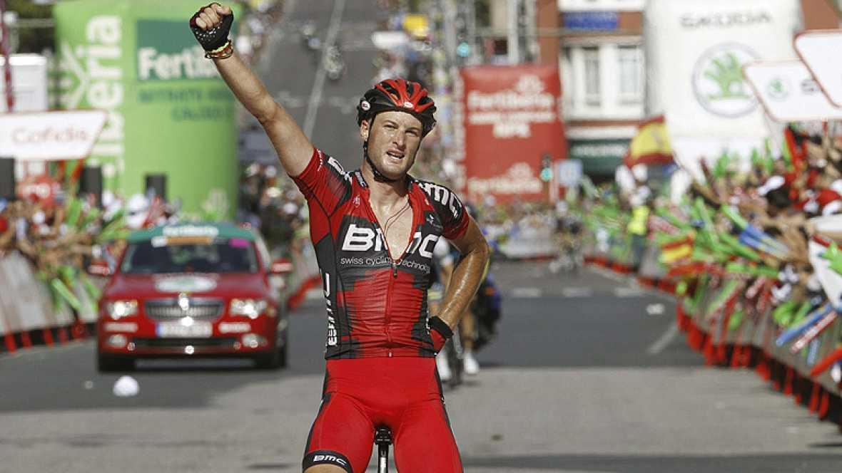 El ciclista británico Stephen Cummings (BMC) se ha adjudicado el  triunfo en la decimotercera etapa de la 67 edición de la Vuelta a  España, un recorrido de 172 kilómetros entre Santiago de Compostela y  Ferrol, tras lanzar un ataque en el último ki