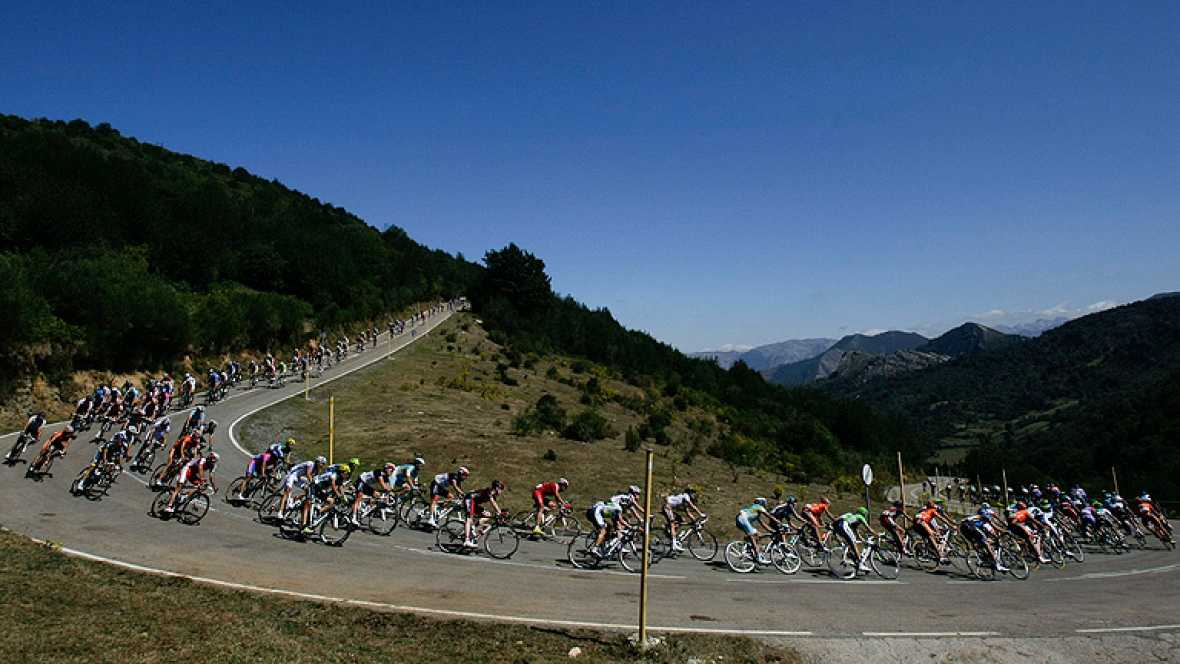 El corredor italiano Dario Cataldo (Omega Pharma-Quick Step) se ha  adjudicado la decimosexta etapa de la Vuelta ciclista a España,  disputada entre Gijón y Valgrande-Pajares/Cuitu Nigru sobre 183,5  kilómetros, por delante de su compañero de escapad