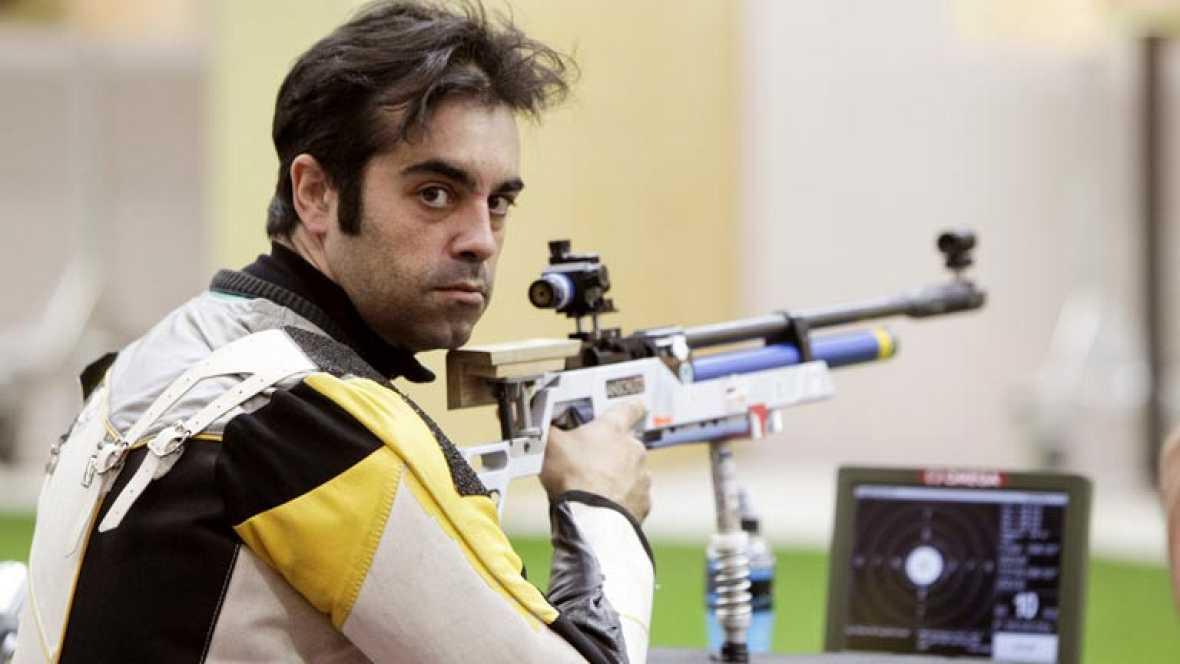 El tirador gallego hace historia al lograr la plata en los Juegos Paralímpicos de Londres 2012. Saavedra recibe a TVE y nos muestra su presea.