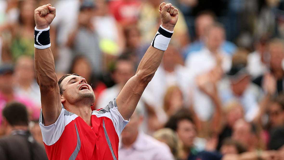 El tenista español David Ferrer se mete en semifinales del US Open, igual que en 2007, tras vencer un durísimo encuentro frente al serbio Janko Tipsarevic. El cuarto favorito se impuso al noveno en un igualadísimo intercambio de golpes de más de cuat