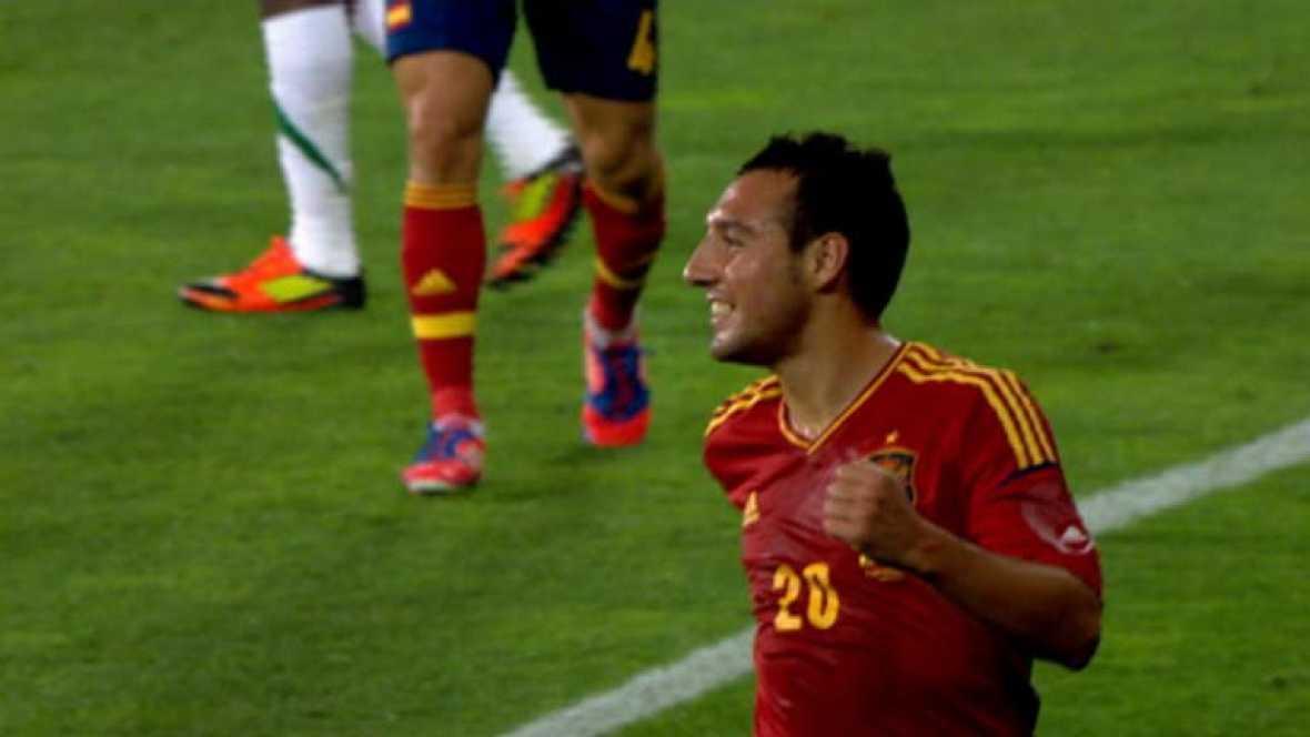 El extremo de la selección española remata a placer tras recoger un rechace del portero de Arabia Saudí a un disparo de Pedro.