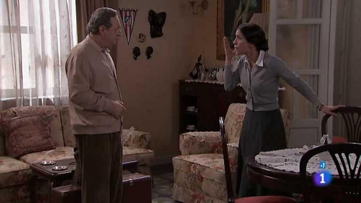 Amar en tiempos revueltos - T7 - Capítulo 209 - Cuando Eugenio le cuenta por teléfono a Rocío la muerte de Clint, se produce la alarma del incendio en el laboratorio - Ver ahora