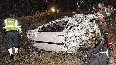 Dos muertos al arrollar un tren de mercancías a un turismo en Palencia