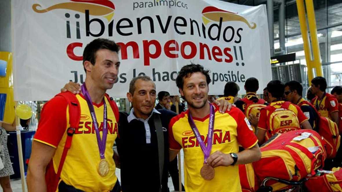 Con la satisfacción del trabajo bien hecho, ha llegado a Madrid la delegación española que ha participado en los Juegos Paralímpicos de Londres. Caluroso recibimiento en Barajas a nuestros deportistas, con Teresa Perales a la cabeza.