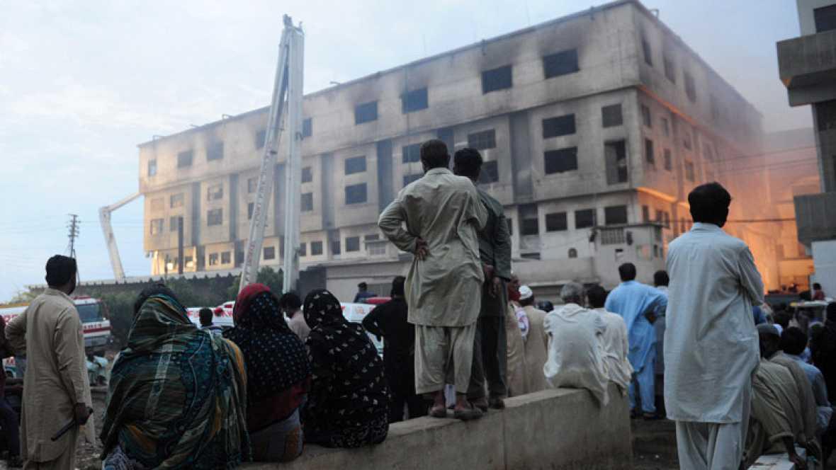 Un incendio en una fábrica textil de Pakistán causa un centenar de muertos