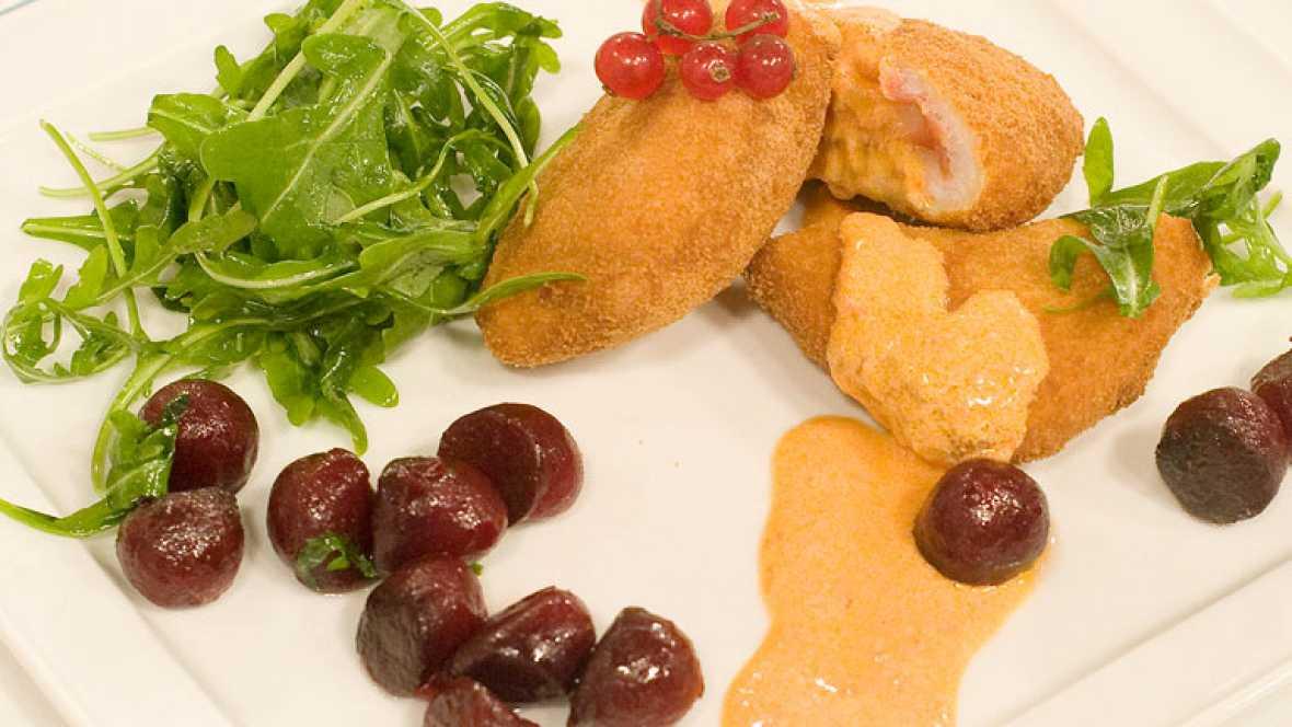 San Jacobos de pescadilla en salsa de pimientos con ensalada