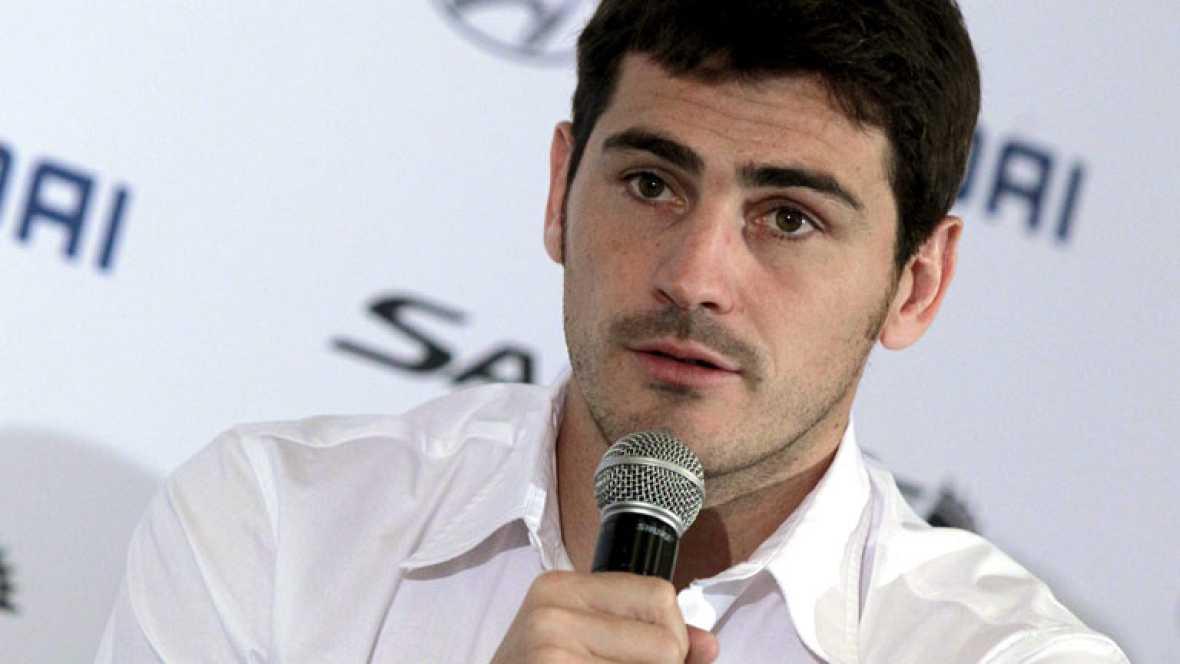Cristiano sigue arropado por sus compañeros. Casillas, Xabi Alonso y Arbeloa han dicho que se encuentra bien, y han restado importancia a las palabras del portugués en las que decía que estaba triste. Había mucha expectación antes de foto de familia,