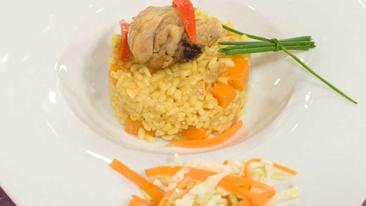 Arroz con pollo y curry y verduras encurtidas